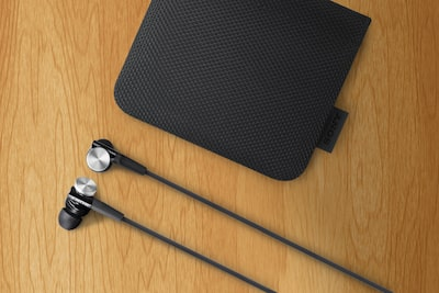 Carry case and tangle-free cable