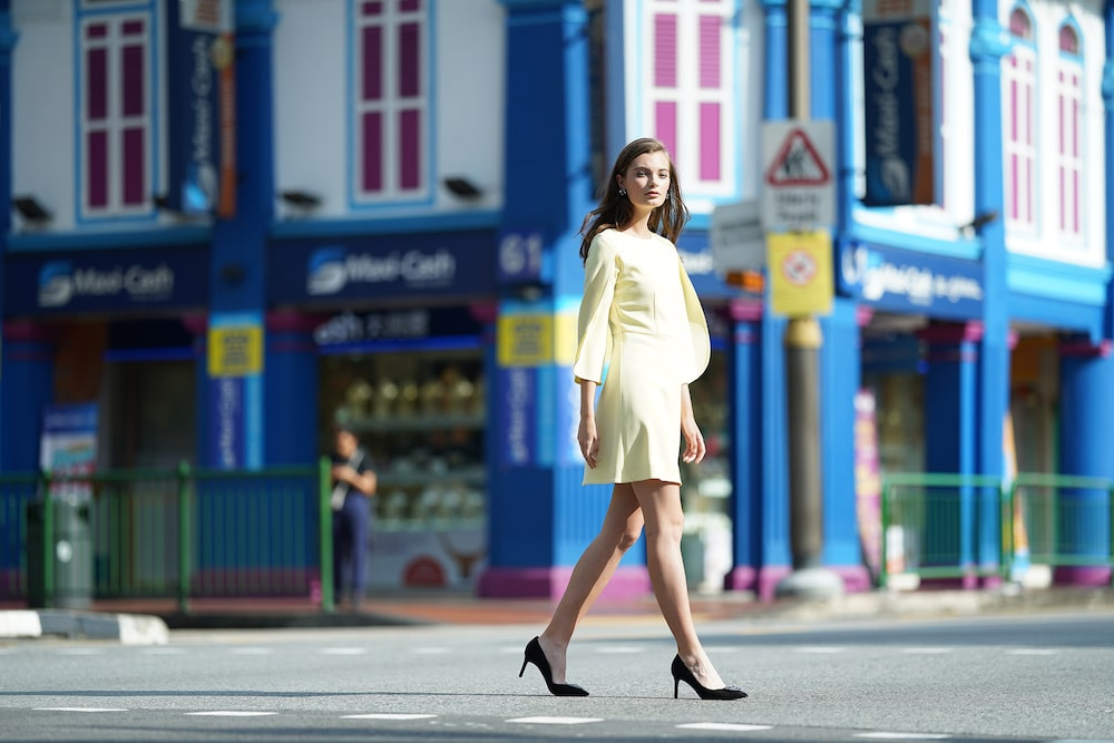 street-photography-lady-in-yellow-crossing-road-alpha-7RIII